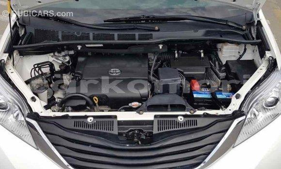 Acheter Importé Voiture Toyota Sienna Blanc à Import - Dubai, Grande Comore